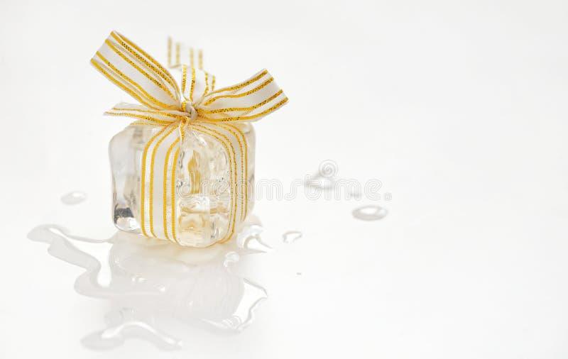 Подарок куба льда стоковая фотография