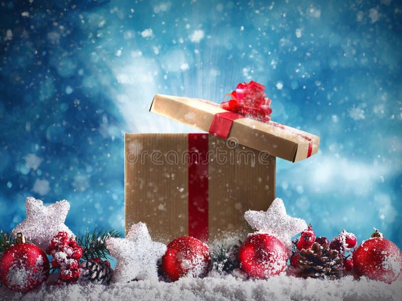 Download Подарок на рождество с красными шариками, звездами и гирляндой Стоковое Изображение - изображение насчитывающей glitter, гора: 81812883