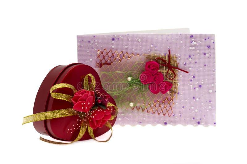 Подарок дня валентинок в серебряных коробке и поздравительной открытке стоковые изображения rf