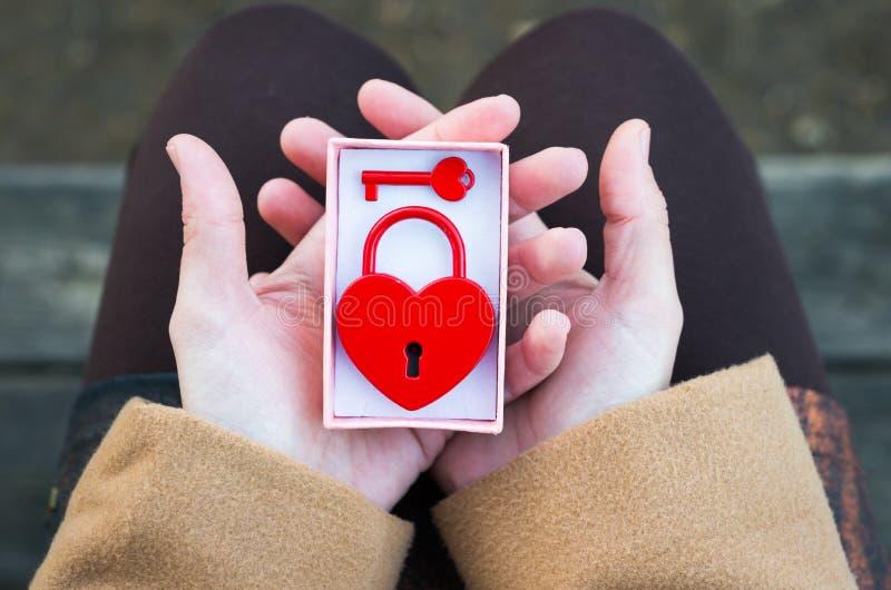 Подарок отверстия женщины с в форме сердц padlock стоковые фотографии rf