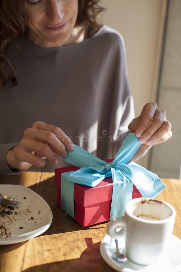 Подарок отверстия на завтраке стоковые изображения