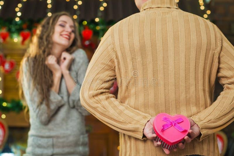 Подарок подготовленный супругом для жены стоковые фото