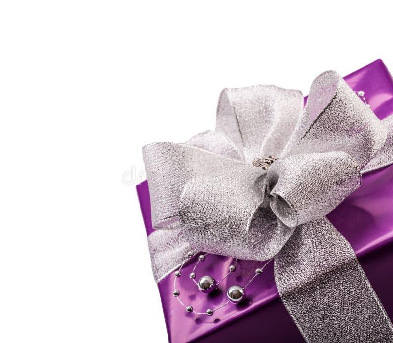 Подарок рождества или валентинки фиолетовый с серебряной лентой стоковая фотография