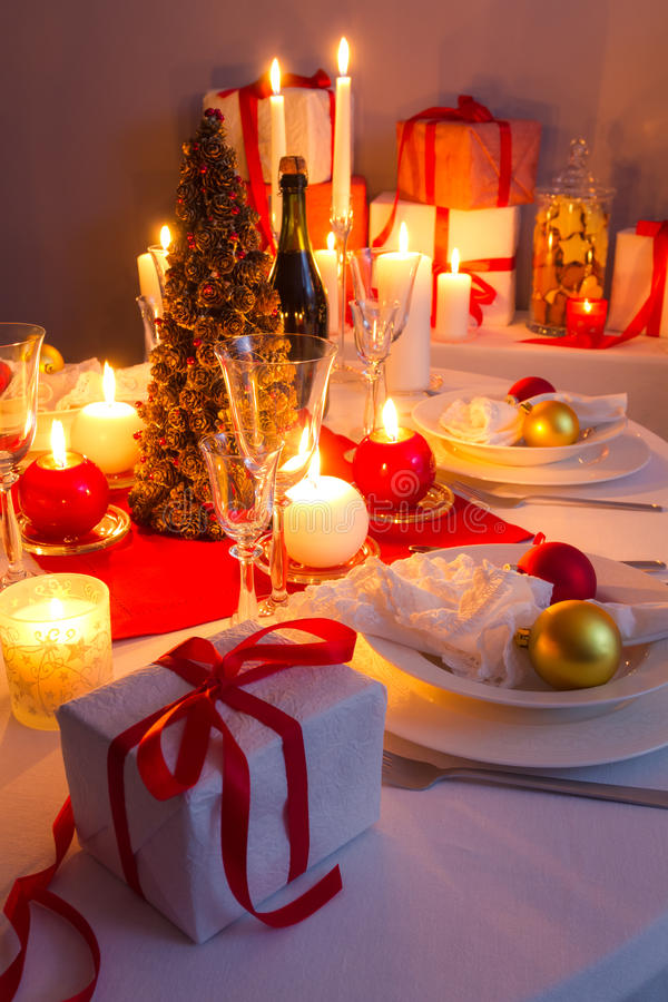 Подарок рождества на таблице готовой для того чтобы распаковать стоковое фото