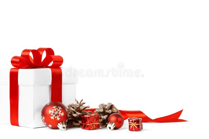 Подарок рождества с красным смычком шариков стоковая фотография
