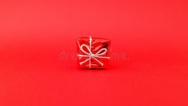 Подарок с красной предпосылкой стоковое фото