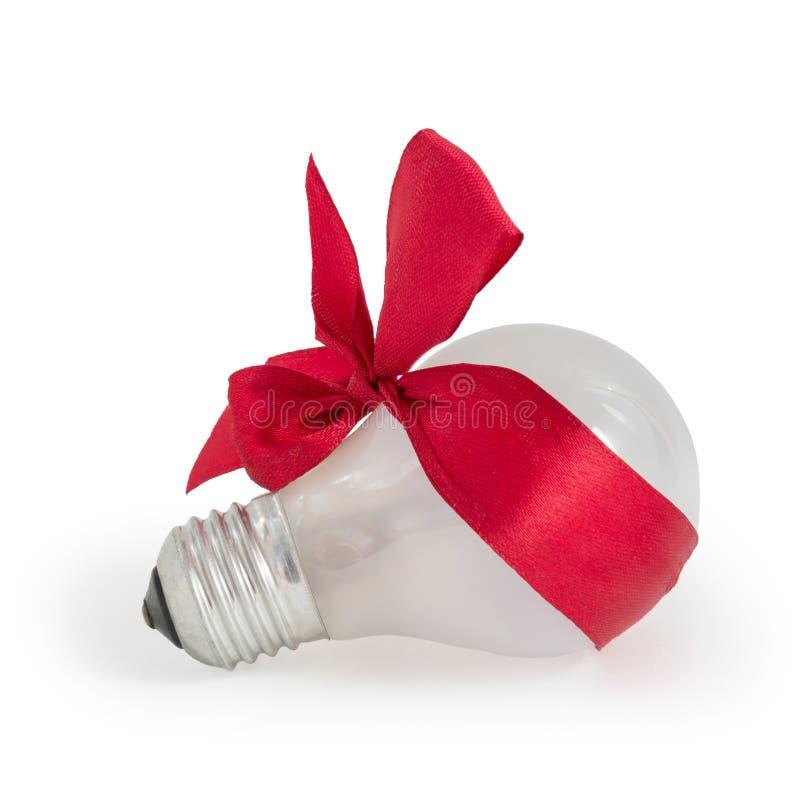 Подарок электрической лампочки с красной лентой стоковая фотография