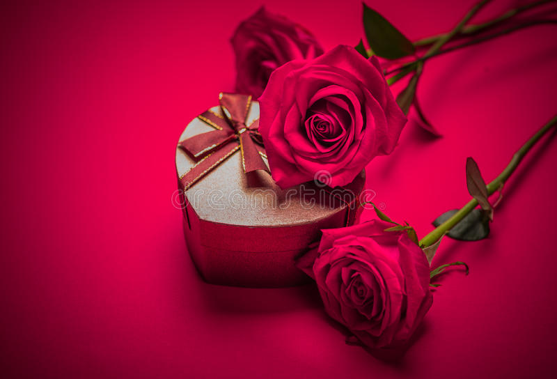 Подарочная коробка и красные розы валентинки стоковое изображение