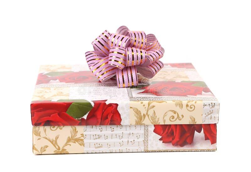 Подарочная коробка над белой предпосылкой стоковое изображение