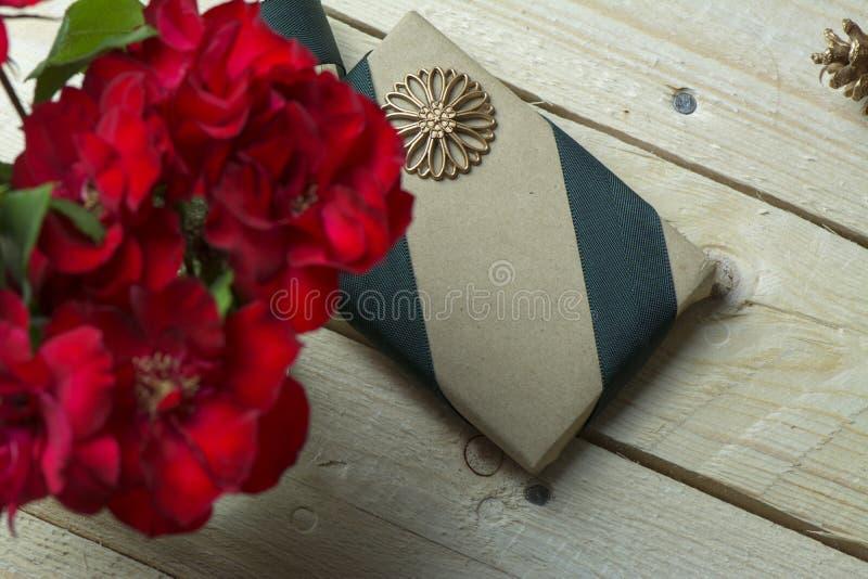Подарочная коробка, обернутая в рециркулированной бумаге, смычок зеленого цвета стоковые фото