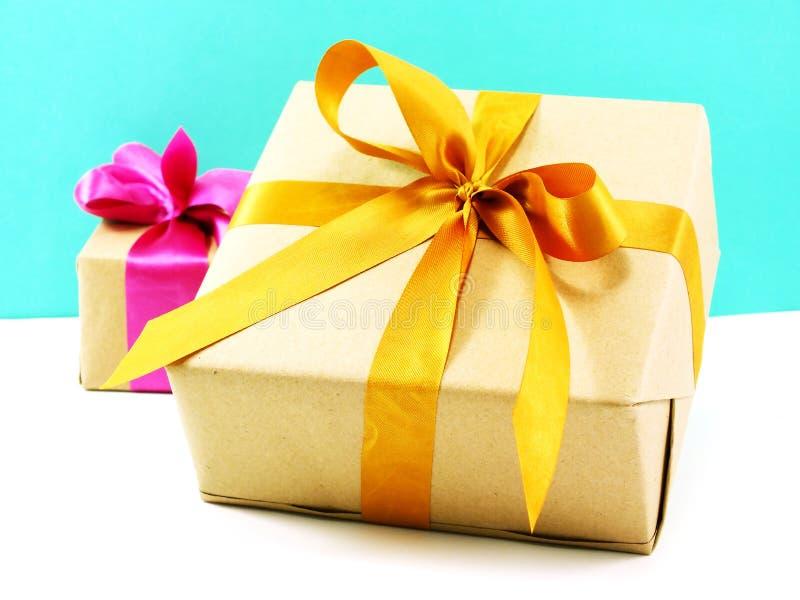 Подарочная коробка обернутая в рециркулированной бумаге с смычком ленты стоковые изображения rf