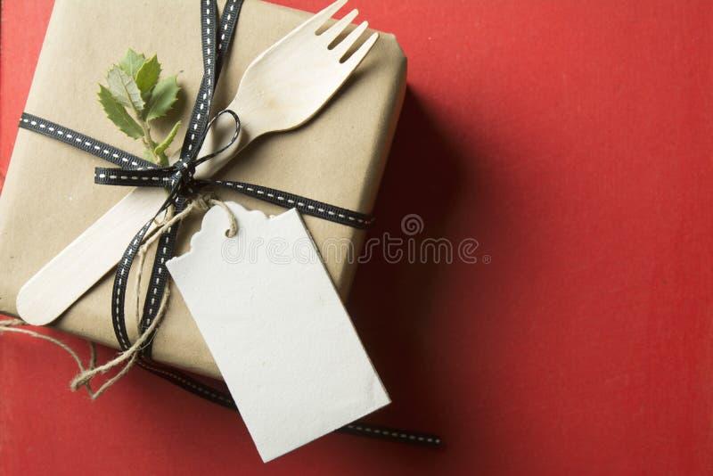Подарочная коробка, обернутая в рециркулированных бумаге и бирке стоковые фотографии rf