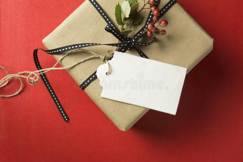 Подарочная коробка рождества, обернутая в рециркулированной бумаге стоковые фотографии rf