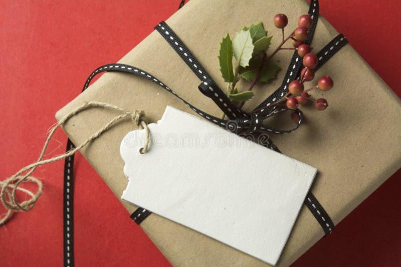 Подарочная коробка рождества, обернутая в рециркулированной бумаге стоковые фото