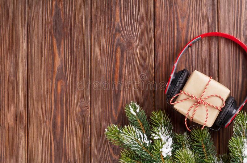 Подарочная коробка рождества с наушниками и ветвью дерева стоковая фотография rf