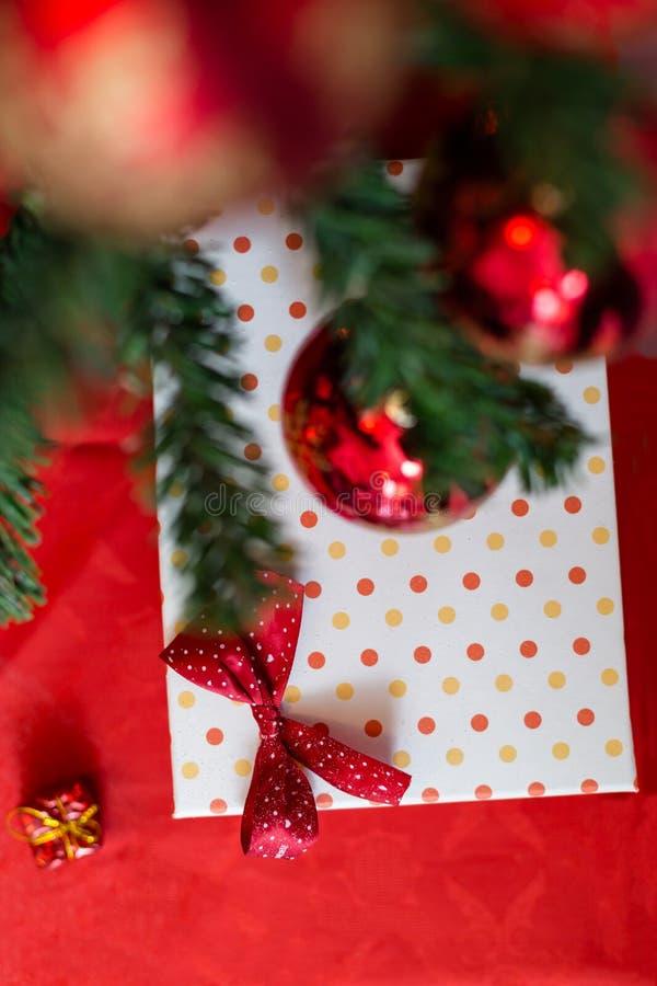 Подарочная коробка рождества с украшениями стоковое изображение