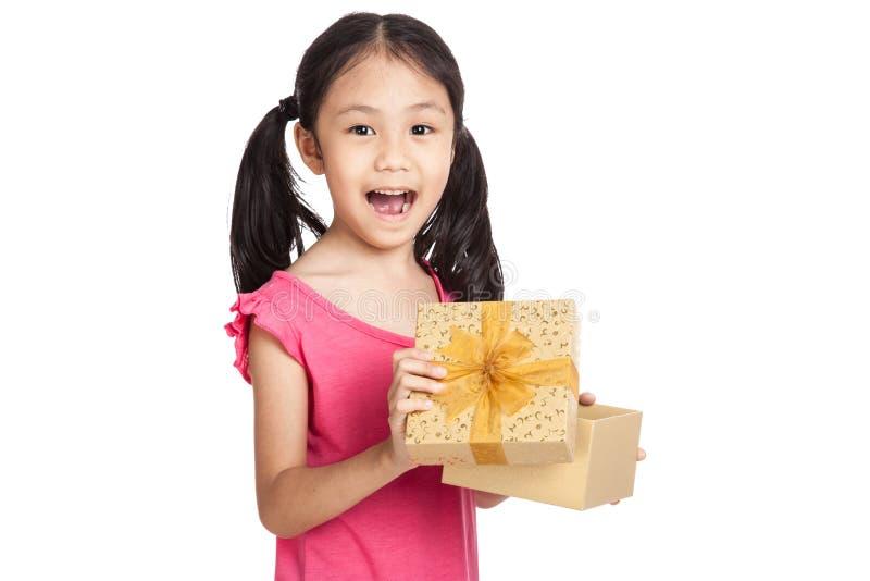 Подарочная коробка счастливой маленькой азиатской девушки открытая стоковое изображение rf