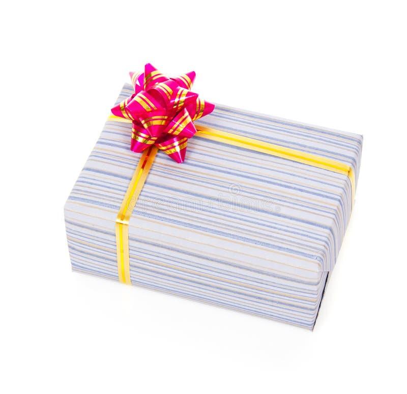 Подарочная коробка с лентой золота стоковые фото