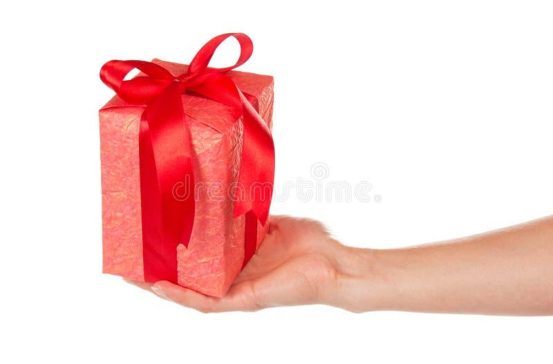 Подарочная коробка с лентой и смычок в руке стоковые изображения rf