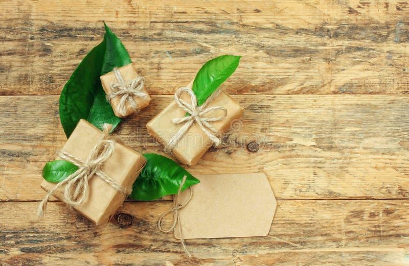 Подарочная коробка 3 с зелеными листьями стоковое фото rf