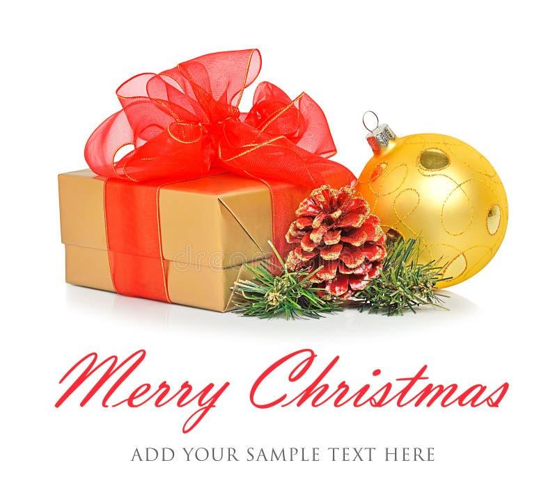 Подарочная коробка с красными смычком сетки, безделушками рождества и конусом стоковая фотография rf
