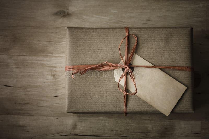 Подарочная коробка с простой оборачивать и Grungy биркой пакета стоковое фото