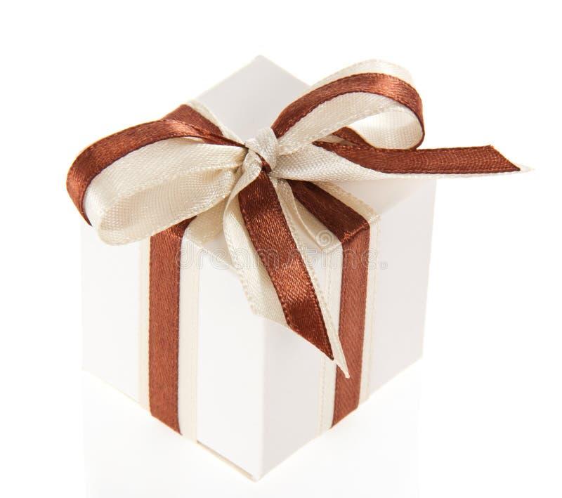 Подарочная коробка с яркими лентой и смычком стоковая фотография