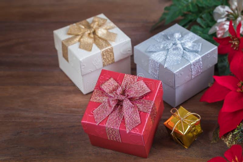 Download Подарочные коробки на деревянной предпосылке Стоковое Фото - изображение насчитывающей backhoe, много: 81812796