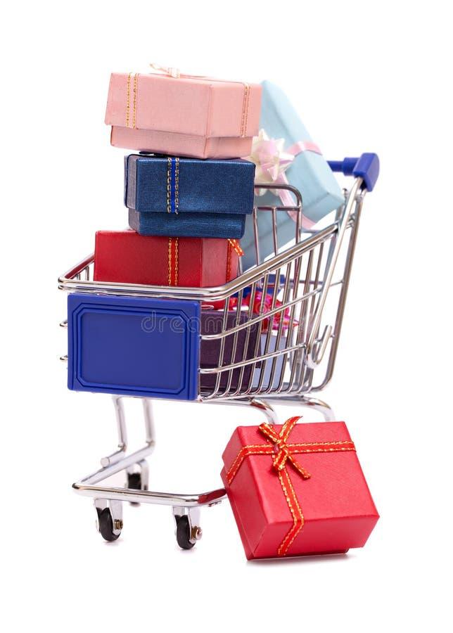 Подарочные коробки на тележке бакалеи стоковые изображения
