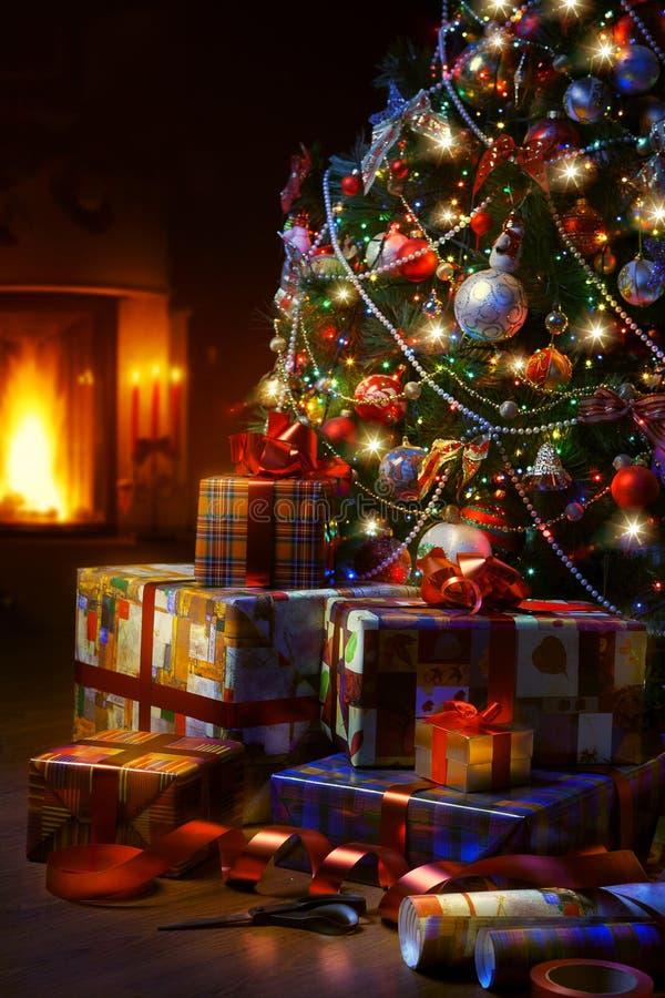 Подарочные коробки рождественской елки и рождества в интерьере с f стоковые изображения rf
