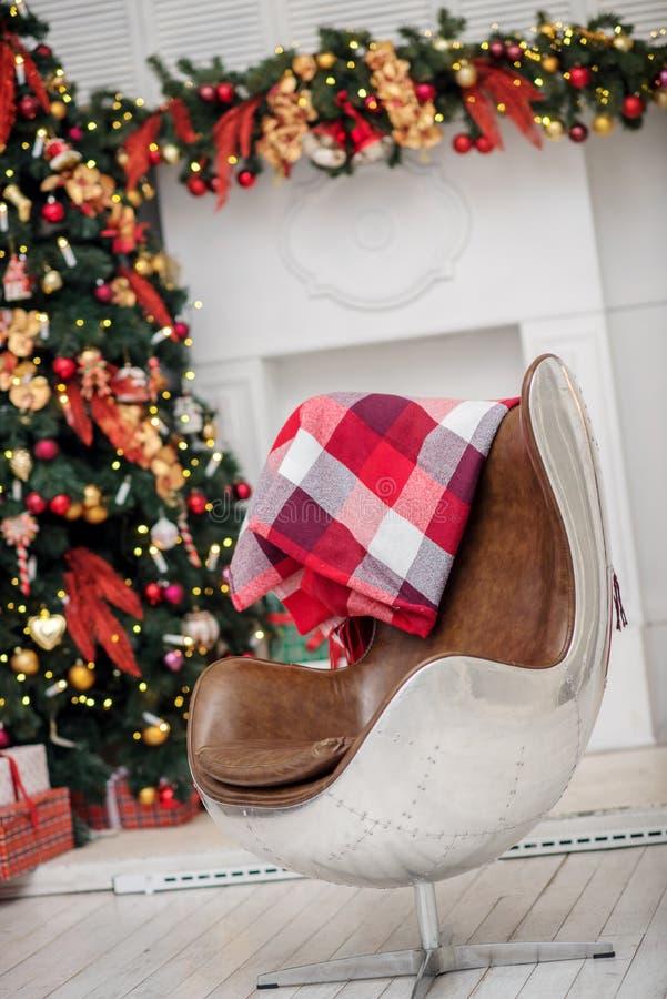 Подарочные коробки рождественской елки и рождества в интерьере с f стоковое фото