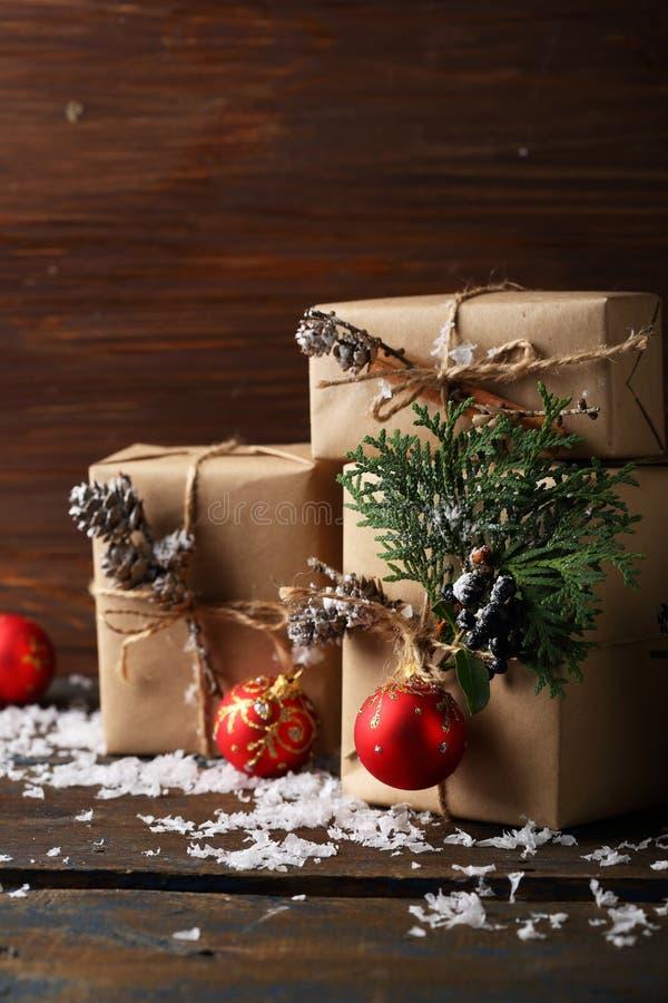 Подарочные коробки с украшениями xmas стоковая фотография