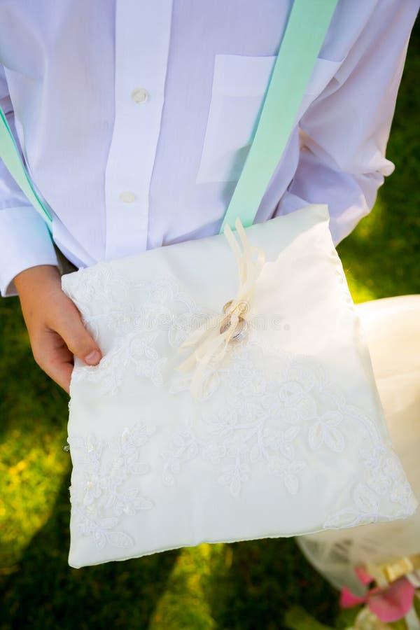 Податель кольца с обручальными кольцами стоковое фото rf