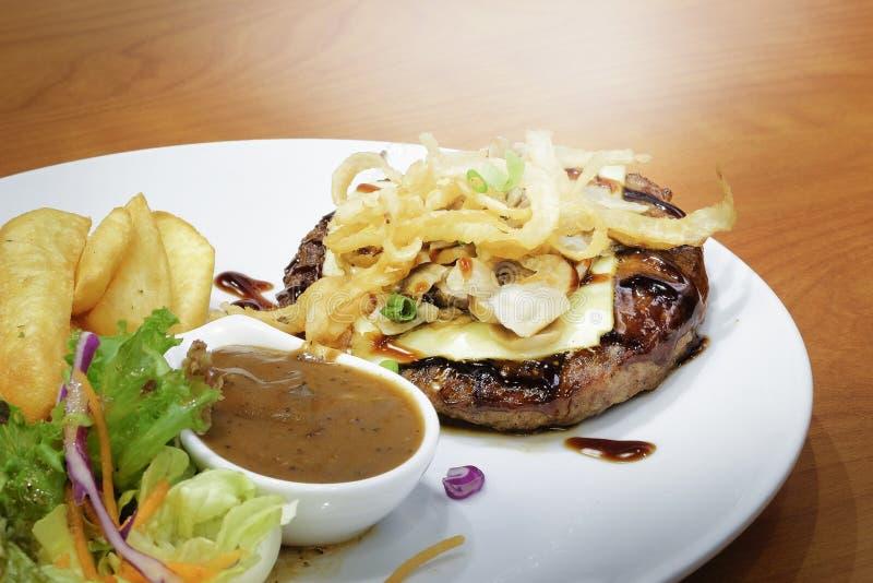 Подача стейка говядины с фраями и салатом француза стоковые изображения rf