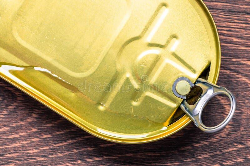 Подачи масла раскрывая жестяную коробку стоковая фотография