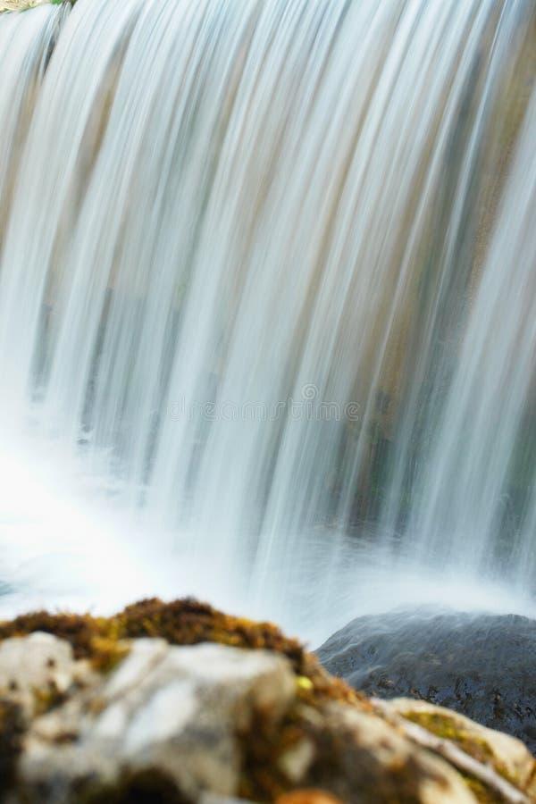 Подвергли действию водопад в парке стоковые изображения