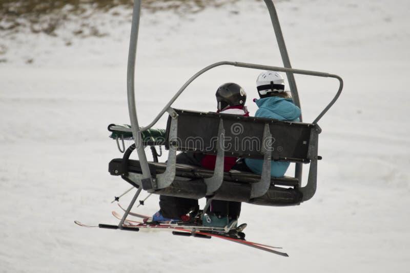 Подвесной подъемник с лыжниками стоковое фото rf