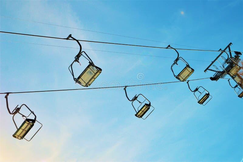 Подвесные подъемники в швейцарцах Альпах, Ла Tzoumaz стоковое изображение