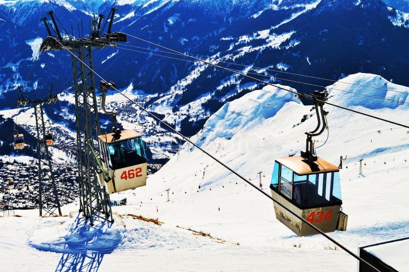 Подвесные подъемники в швейцарцах Альпах стоковые изображения rf