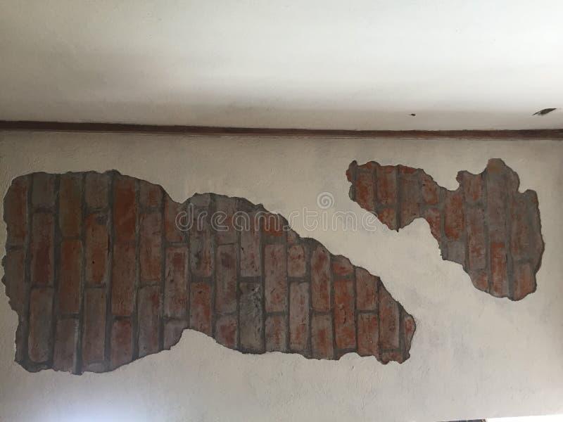 По-видимому старая стена в которой начальные кирпичи можно все еще увидеть стоковое фото rf