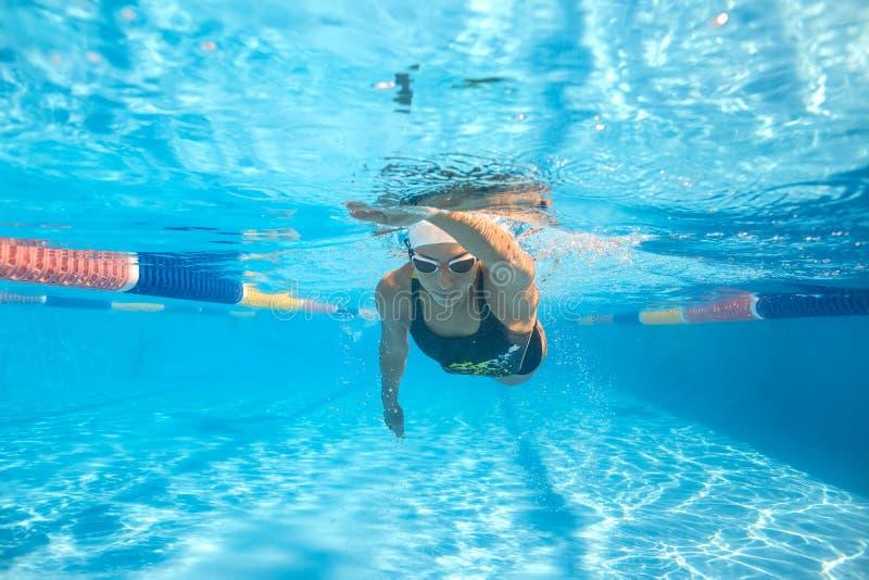 Подводная тренировка в бассейне стоковое изображение rf