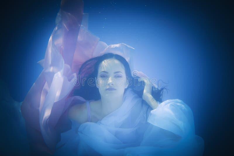 Подводный конец вверх по портрету женщины стоковое фото rf