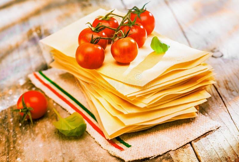 Подготавливать итальянскую лазанью с свежими ингридиентами стоковое фото rf