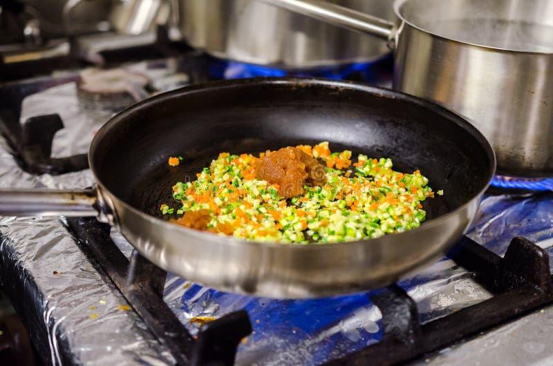 Подготавливать соус для пасты стоковая фотография
