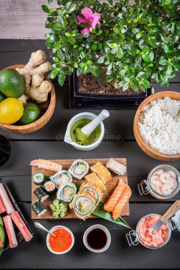 Download Подготавливать суши с свежими ингридиентами Стоковое Изображение - изображение насчитывающей рис, падким: 40587059