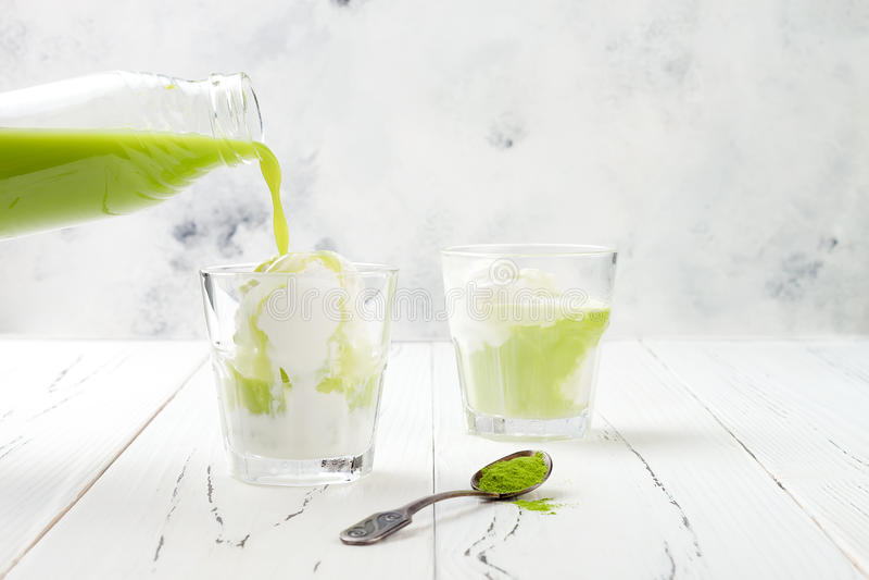Подготавливать affogato зеленого чая matcha с мороженым кокоса vegan скопируйте космос стоковое изображение
