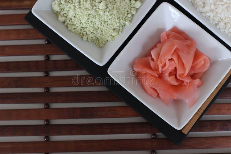 Подготавливающ суши, подготавливающ японскую еду, делающ суши, делая японскую еду, стоковая фотография