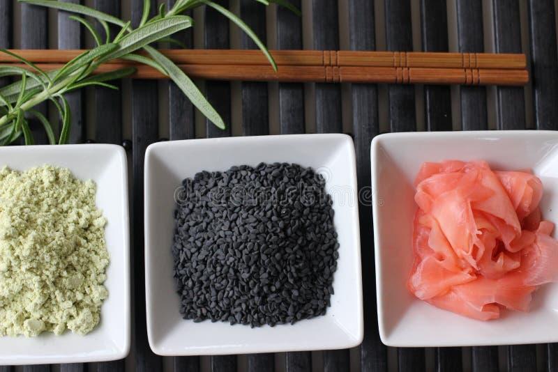 Подготавливающ суши, подготавливающ японскую еду, делающ суши, делая японскую еду, стоковые фотографии rf