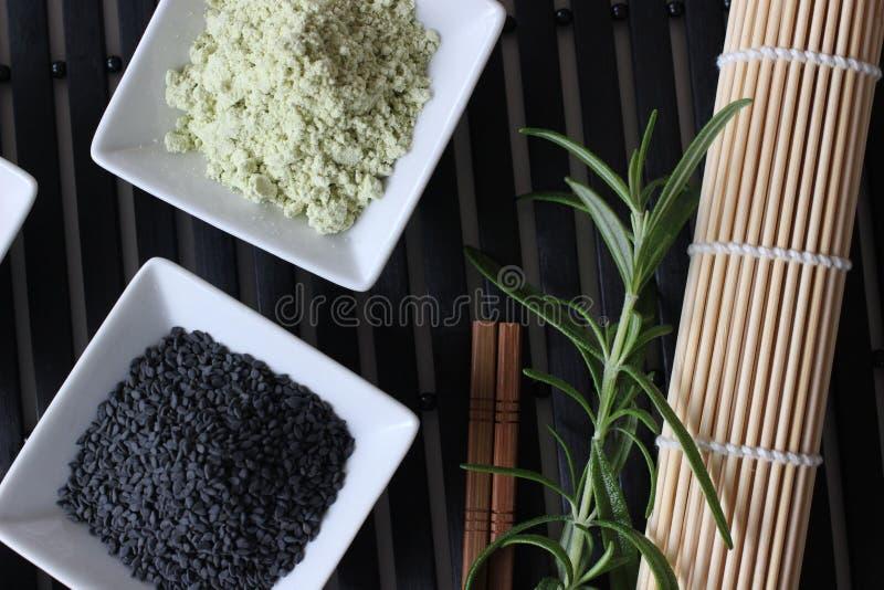 Подготавливающ суши, подготавливающ японскую еду, делающ суши, делая японскую еду, стоковое фото