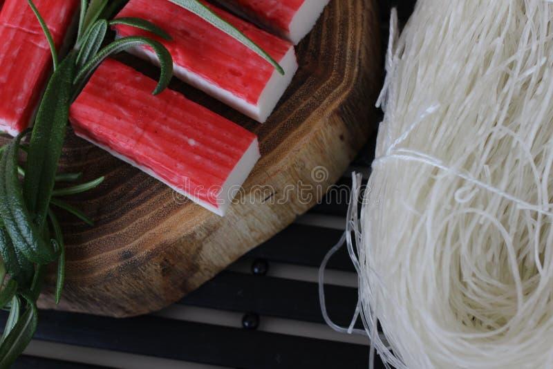 Подготавливающ суши, подготавливающ японскую еду, делающ суши, делая японскую еду, стоковые фото